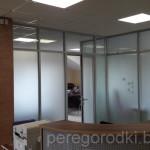 алюминиевая перегородка с дверью в офисе