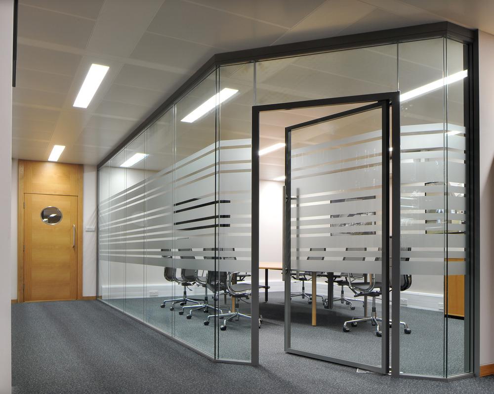 Создание кабинета с помощью стеклянных офисных перегородок