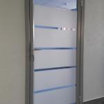 дверь алюминиевая в офисе
